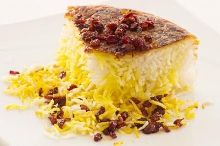 Piatto persiano di riso allo zafferano con Berberis Tahchin